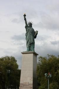 賊國是自由女神的原產國,美國那個是贈品來的。